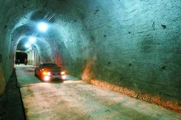 Автомобиль передвигается внутри тонеля.  Фото: baidu.com
