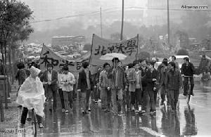 20 апреля 1989 г. Первая демонстрация студентов пекинского университета, выражающих протест по поводу разгона акции студентов 19 апреля. Фото с 64memo.com