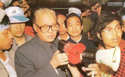 19 мая 1989 г. В четыре часа утра на площади Тяньаньмэнь вдруг появились секретарь компартии Чжоу Цзыян и Вэнь Цзябао (нынешний премьер министр КНР). Они вышли посмотреть, как себя чувствуют студенты, проводя длительную голодовку. В то время на Чжоу Цзыяна уже начали оказывать сильное давление внутри партии. Фото с 64memo.com