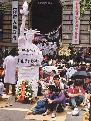 19 мая 1989 г. В Шанхае студенты, участвующие в акции голодовки напротив здания правительства, сконструировали статую Свободы. Фото с 64memo.com