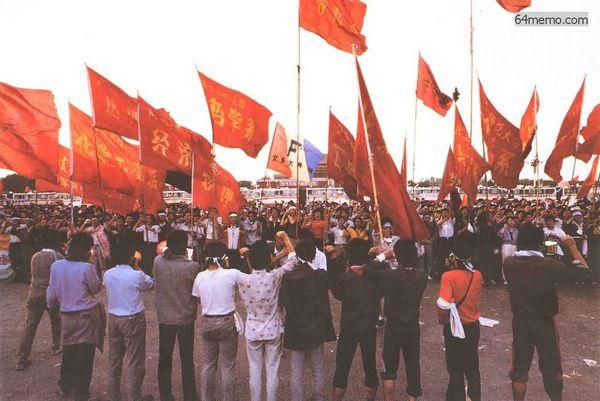 20 мая 1989 г. Услышав приказ правительства о введении военного положения, студенты поклялись ценой жизни отстаивать свои позиции на площади Тяньаньмэнь. Фото с 64memo.com