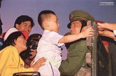 20 мая 1989 г. Началось военное положение. Женщина, участвующая в демонстрации протеста, знакомит солдат из оцепления со своим сыном. Фото с 64memo.com
