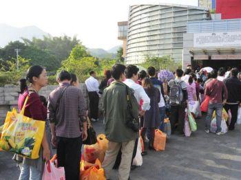 Китайцы ждут своей очереди перед зданием районной таможни Шеньчженя после посещения магазинов в Гонконге. Инфляция в Китае вынудила многих китайцев ездить в Гонконг за необходимыми покупками. Фото: с сайта epochtimes. com