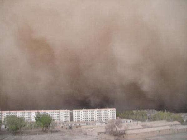 На запад  Китая обрушилась самая сильная песчаная буря за последние 30 лет. Фото: sohu.com