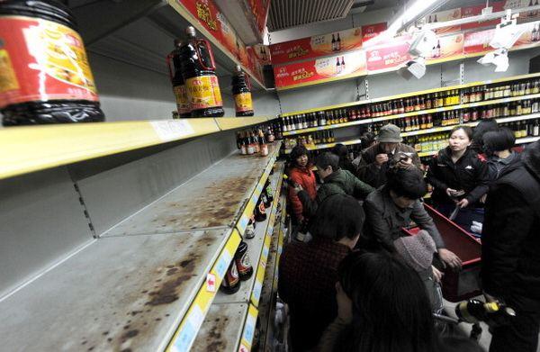 Полки магазинов опустошаются, особый спрос на соль, соевую приправу с содержанием йода и морепродукты. Фото: AFP/ Getty Images
