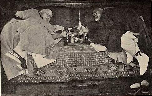 Двое мужчин курят опий. Фото: Ernest Morrison