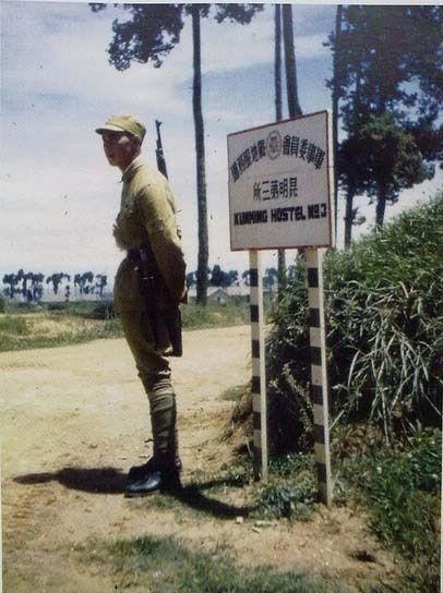 Солдат охраняет вход на территорию общежития американских военных в городе Куньмин