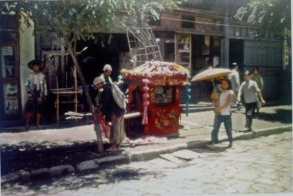 Украшенный в традиционном китайском стиле паланкин (носилки), которые используются во время свадебных торжеств