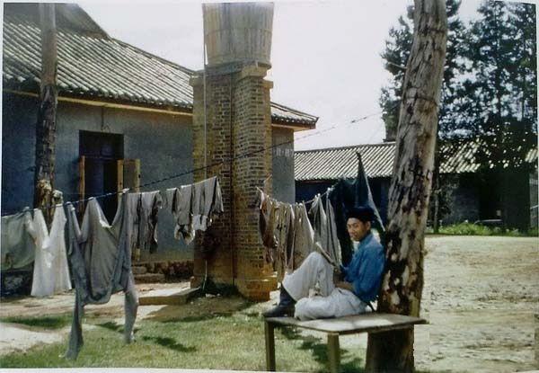 Солдат в гражданской крестьянской одежде отдыхает