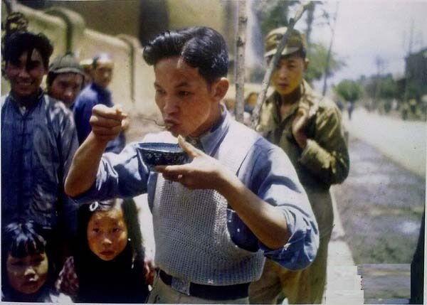 Житель Куньмина с модной причёской пробует американскую еду