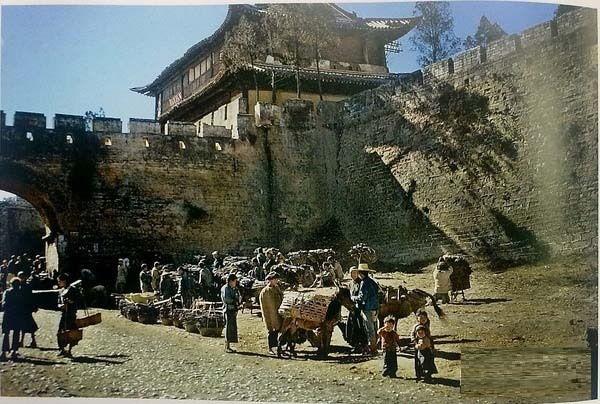Базар возле одного из девяти входов в городской стене, построенной в 8 веке н.э.