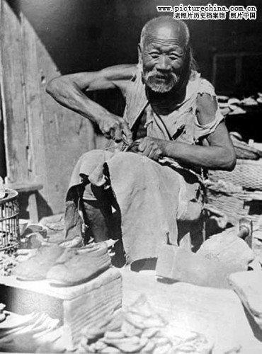 Ремонт обуви на улице. Фото с aboluowang.com
