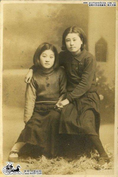Мать с дочерью. В те годы девушки рано выходили замуж и рожали детей. Фото с aboluowang.com