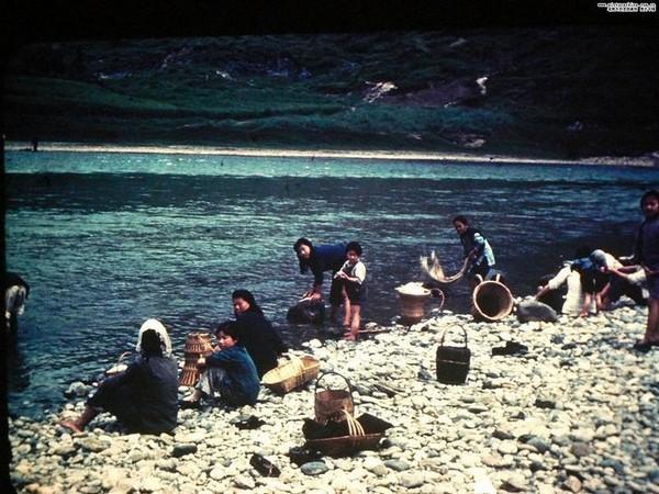 Женщины стирают одежду в чистой речной воде. Фото с aboluowang.com