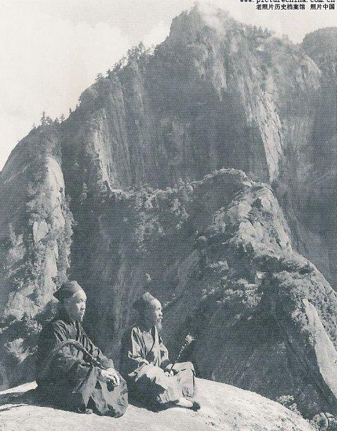 Два даосских монаха медитируют на лоне природы возле своего монастыря. Фото с aboluowang.com