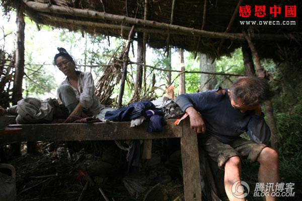Чжу Шаоу и его жена в ветхом доме-навесе. Фото: Чжан Жэньцзе