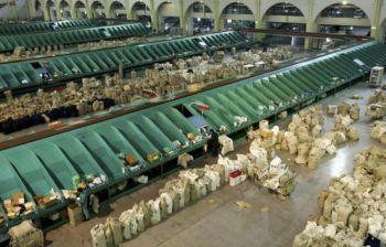 Шанхайский почтовый центр обработки в аэропорту Pudong. Фото: Getty Images