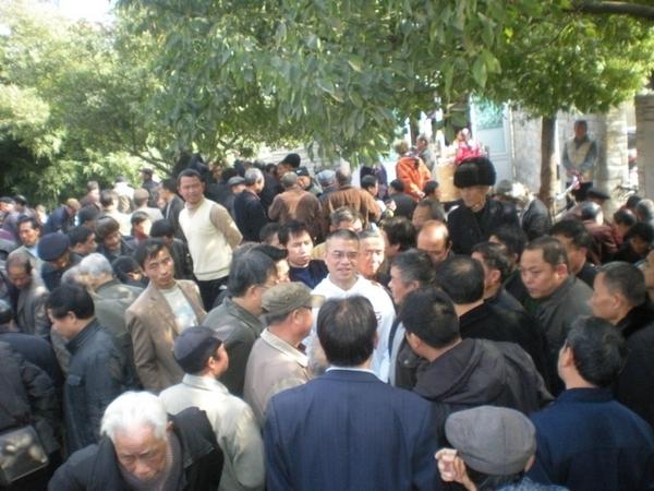 Китайские правозащитники распространяют людям материалы о протестах в Египте и методах прорыва блокады Интернета. Фото: предоставлено участниками акции