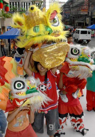 Филиппины, Манила. Дети меряют костюм льва на улице во время Нового китайского года. Фото: Jay Directo/AFP