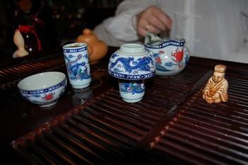Утварь для китайской церемонии чаепития (слева направо): чайная пара «чадуй» — состоит из широкой чашки чабэй и длинной чашки вэнсянбэй; чайник — чаху; чаша справедливости гундаобэй; статуэтка чайного божества — чашень. Фото: Елена Вовченко