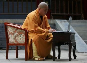 Настоятель Шаолиня Ши Юнсин работает за компьютером. Фото: Cancan Chu/Getty Images