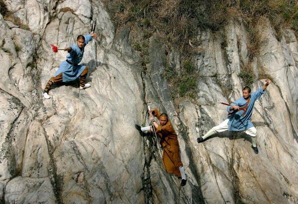 Шаолиньские монахи демонстрируют своё мастерство ушу в горах Суншань недалеко от монастыря Шаолинь. Фото: Cancan Chu/Getty Images