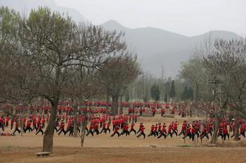 Ученики школы ушу на тренировке возле храма Шаолинь. Фото: Cancan Chu/Getty Images
