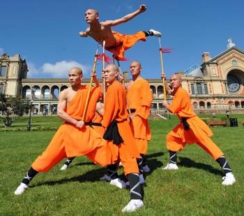Монахи Шаолиня дают показательные выступления ушу в Лондоне. Фото: Leon Neal/AFP/Getty Images