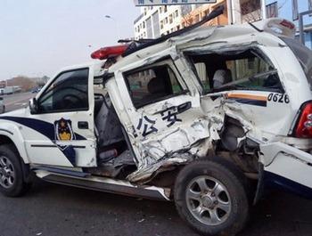 Один из полицейских автомобилей, попавший под автобус Чжана. Фото с epochtimes.com