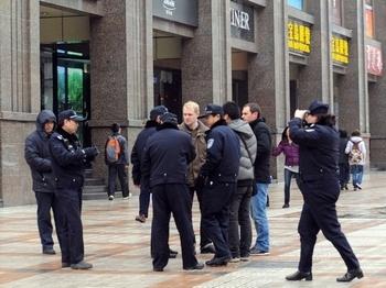 Полиция пытается помешать работе иностранных корреспондентов в Пекине на улице Ванфуцзин. 27 февраля 2011 год. Фото: GOH CHAI HIN/AFP/Getty Images