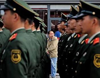 ЭКСПО-2010 в Шанхае охраняют более 50 тысяч полицейских. Фото: PHILIPPE LOPEZ/AFP/Getty Images