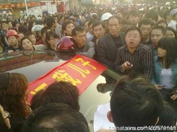 Около 10 тысяч жителей города Тайсин провинции Цзянсу требуют, чтобы власти не скрывали правду о резне в детском саду. Фото: RFA