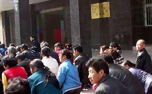 Полчаса учителя на коленях напрасно ожидали встречи с чиновниками. Фото предоставили участники акции