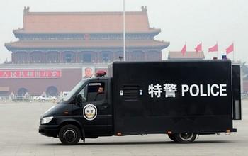 Накануне годовщины восстания студентов в Пекине усилена вооруженная охрана. Фото: FREDERIC J. BROWN/AFP/Getty Images