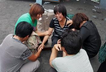 Жёны погибших шахтёров оплакивают своих родных. Фото: Getty Images