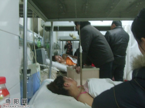 После взрыва воздушного шара, новобрачных с ожогами доставили в больницу. 31 декабря 2009 год. Провинция Хэнань. Фото: news.nynews.gov.cn