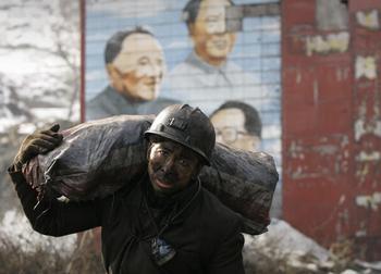Китайские рабочие требуют улучшения условий труда. Фото: Peter PARKS/AFP/Getty Images