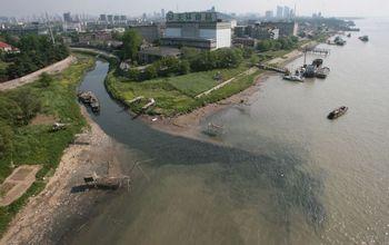 В Китае 20 тысяч химических заводов сливают отработанную грязную воду в реки. Фото: China Photos/Getty Images