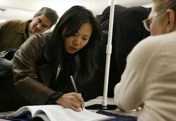 Всё больше китайцев уезжают жить за границу. Фото: KIMIHIRO HOSHINO/AFP/Getty Images