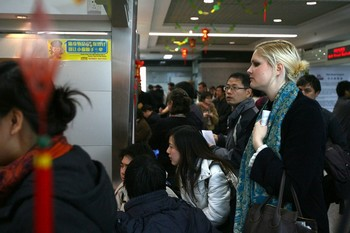 Иностранка, ищущая работу в Пекине. Фото: China Photos/Getty Images