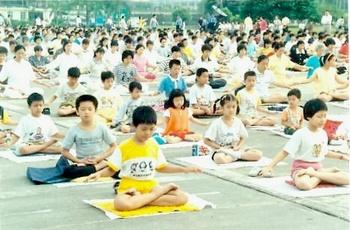 На момент запрета в КНР насчитывалось более 70 миллионов последователей Фалуньгун. На фото выполнение медитативных упражнений на стадионе в городе Шэньчжень. 1998 год