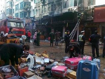 Пять торговых точек сгорели в результате возгорания, возникшего после запуска петард. Провинция Цзянси. 3 февраля 2011 год. Фото с epochtimes.com