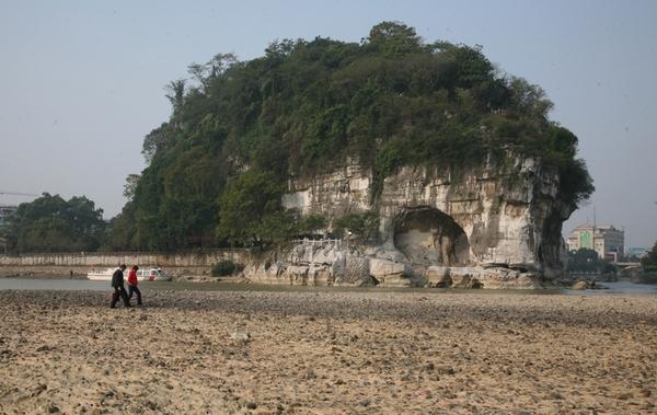 Высохшее русло реки в окрестностях города Гуйлиня Гуанси-Чжуанского автономного района. 4 ноября 2010 год. Фото с epochtimes.com