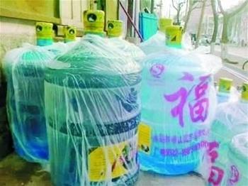 Пластиковые бутыли для воды в Китае делают из мусора. Фото с epochtimes.com