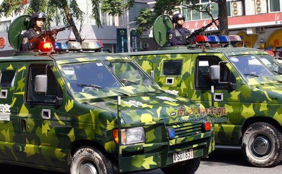 «Военный парад» для устрашения народа. Посёлок Хоуцзе провинции Гуандун. 4 января 2010 год. Фото с epochtimes.com