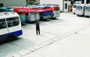 В забастовке принимают участие более 100 водителей автобусов. Провинция Юньань. Апрель 2010 год. Фото с epochtimes.com