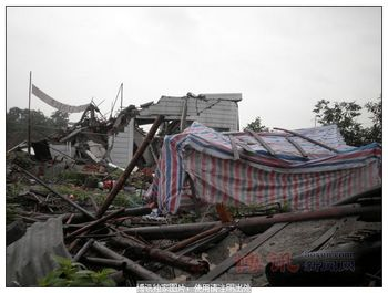 Уже почти два месяца семья Лю живёт во времянке рядом со своим полуразрушенным домом. Фото с epochtimes.com