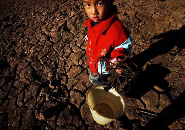 Из-за сильной засухи уровень воды в водоёмах юго-восточной провинции Цзянси достиг рекордно низкого уровня за всю историю. Многие водохранилища полностью высохли, более 230 тыс. человек страдают от нехватки воды.