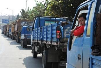 Грузовики выстроились в длинную очередь на заправочную станцию. Провинция Аньхой. 22 октября 2010 год. Фото: Getty images