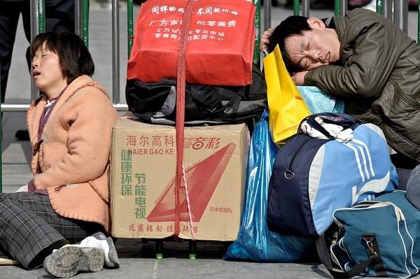 Утомительный путь домой во время «новогодней миграции». Шанхай. 29 января 2010 год. Фото: PHILIPPE LOPEZ/AFP/Getty Images